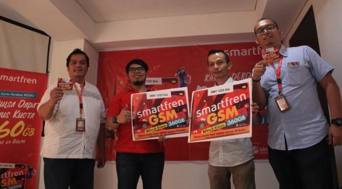 Regional Head Smartfren Sumbagteng, Jefry Batubara beserta jajaran memperlihatkan Kartu Perdana Super BOSKU Smartfren.