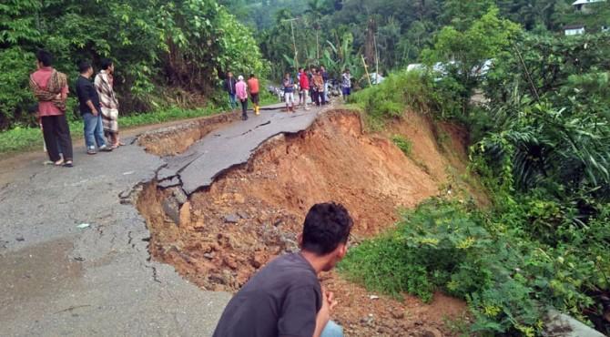 Jalan di kawasan Tigo Lurah mengalami terban dan tidak bisa dilintasi kendaraan