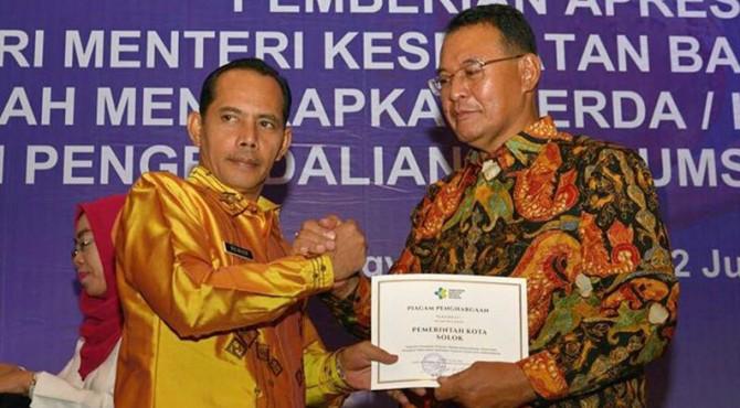 Wakil Walikota Solok Reinier menerima piagam penghargaan dari Kemenkes-RI