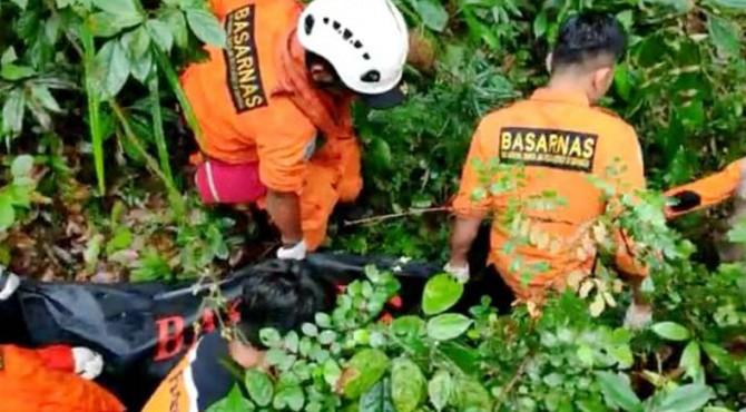 Proses evakuasi jenazan Amreh Santoso (37) oleh tim SAR gabungan