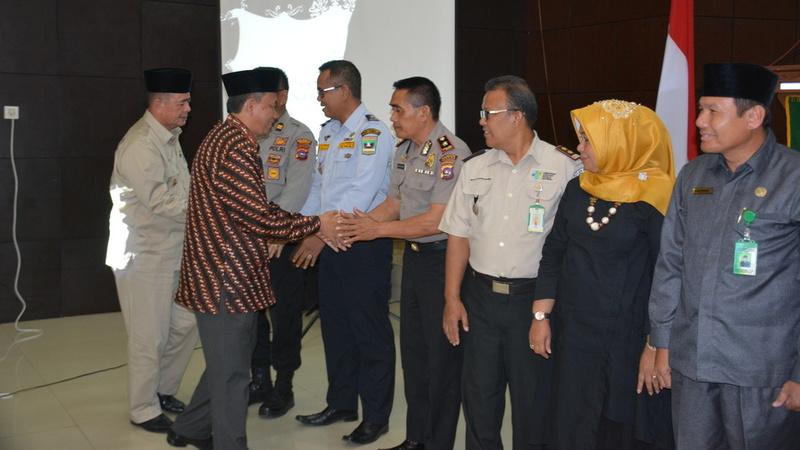 Direktur Pengelolaan Dana Haji dan SIHDU Ditjen Penyelenggaraan Haji dan Umrah Kementerian Agama, Maman Saepulloh dan Wagub Nasrul Abit saat menyalami Panitia Penyelenggara Ibadah Haji (PPIH) Embarkarsi Padang 2019, Selasa (25/6) di Asrama Haji Padang.�