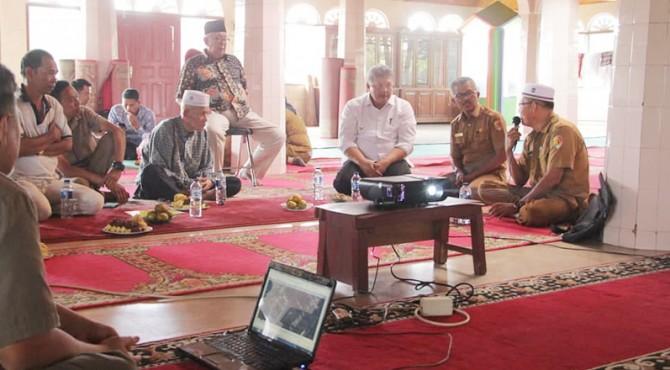 Wako Solok Zul Elfian saat meninjau persiapan renovasi Masjid Al-Hidayah VI Suku