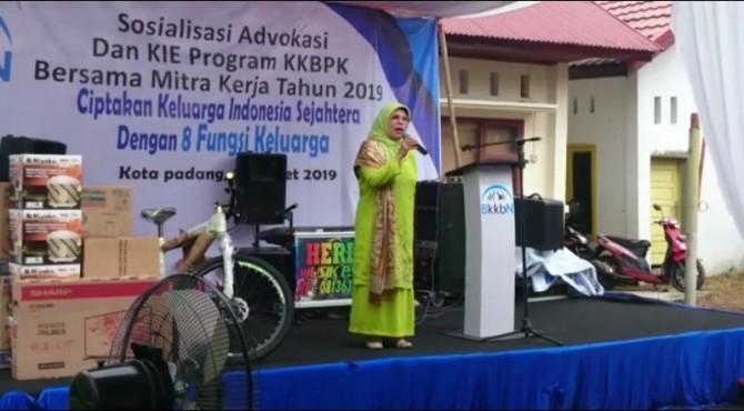 Anggota DPR RI menyampaikan kata sambutan saat sosialiasasi advokasi KIE program KKBPK di Rawang, Padng Selatan, Kota Padang, Minggu, 24 Maret 2019