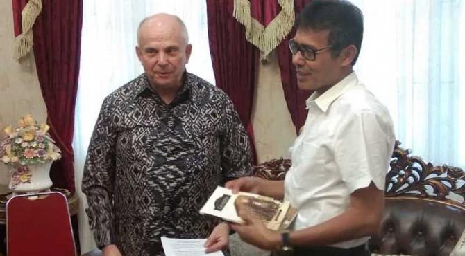 Gubernur Provinsi Sumatera Barat Irwan Prayitno bersama duta besar Amerika Serikat (AS) untuk Indonesia, Mr. Joseph R. Donovan Jr, di rumah dinas Gubernur Sumbar, Rabu siang, 15 Mei 2019.