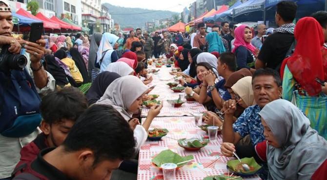 Pengunjung menyantap hidangan sate pada Festival Sate di Jalan Permindo Padang, Sabtu (16/02/2019)