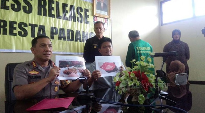 Dua tersangka sate daging babi saat gelar perkara di Polresta Padang.