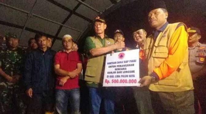 Penyerahan bantuan BNPB untuk atasi banjir di Kabupaten Limapuluh Kota oleh Kepala BNPB, Doni Monardo