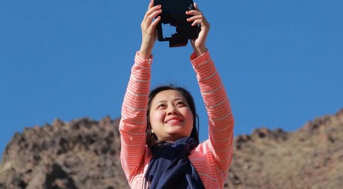 orang akan senang melihat foto-foto pemandangan indah, atau hal-hal lain terkait budaya suatu daerah. Tetapi tolong, jangan perlihatkan foto close-up wajah Anda