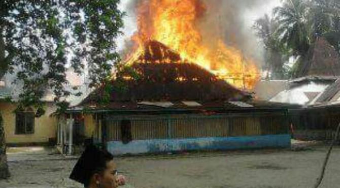 KEBAKARAN | Surau tua di Komplek Makam Syekh Burhanudin, Ulakkan Tapakis, Pariaman, yang terbakar.