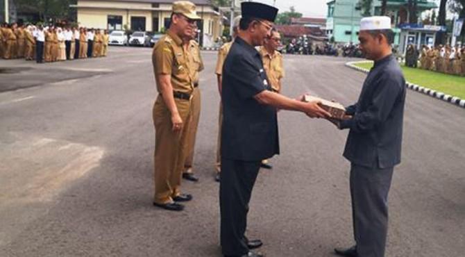Bupati Pasaman Yusuf Lubis Menyerahkan Hadiah Kepada Ketua Pokdakan Rao Selatan