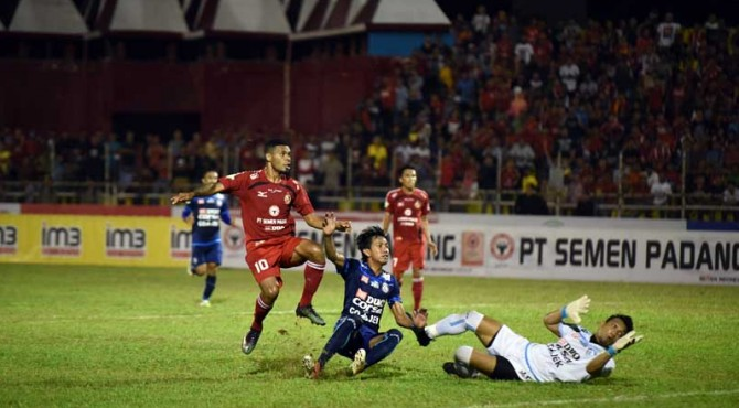 Vendry Mofu saat melewati pemain belakang Persib Bandung.