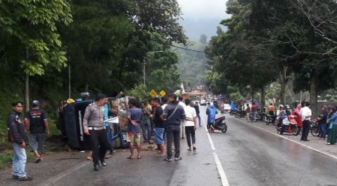 Petugas dari Polres Solok melakukan olah TKP kecelakaan Mikrobus Jasa Malindo.