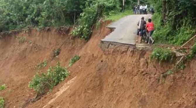 Kondisi jalan yang longsor di Kabupaten Sijunjung, Senin (15/5)