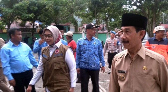 Deputi Bidang Logistik dan Peralatan BNPB Prasinta Dewi disambut Bupati Solok Selatan Muzni Zakaria di Posko Utama Bencana Solsel di Kantor Camat Sungai Pagu Senin, 2 Desember 2019.