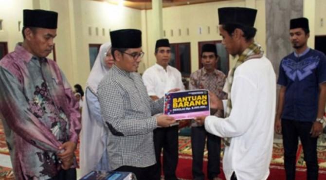 Ketua Tim Safari Ramdan dari Disdukcapil Padang Pariaman yang dipimpin oleh Kepala Disdukcapil, Muhammad Fadhly serahkan bantuan saat lakukan kunjungan ke Masjid Raya Padang Limau