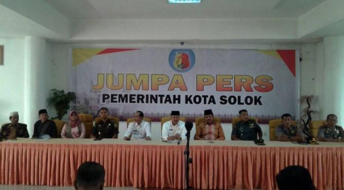 Jumpa pers jajaran Forkopimda Kota Solok.