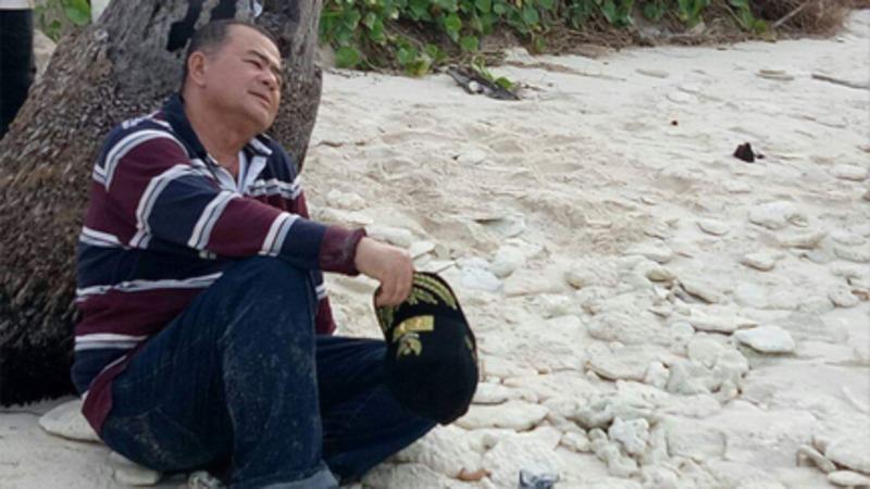 Wakil Gubernur Sumbar Nasrul Abit melepaskan penat setelah mengelilingi pulau terluar di Mentawai