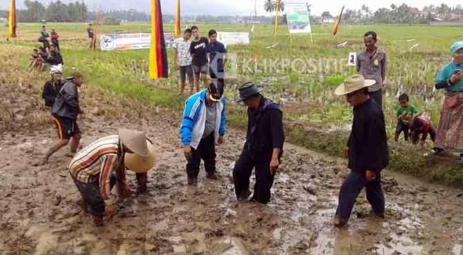 Walikota Solok H. Zul Elfian bersama Ketua DPRD Kota Solok Yutriscan melepaskan benih belut usai pembukaan Basikakeh Roda Basi.