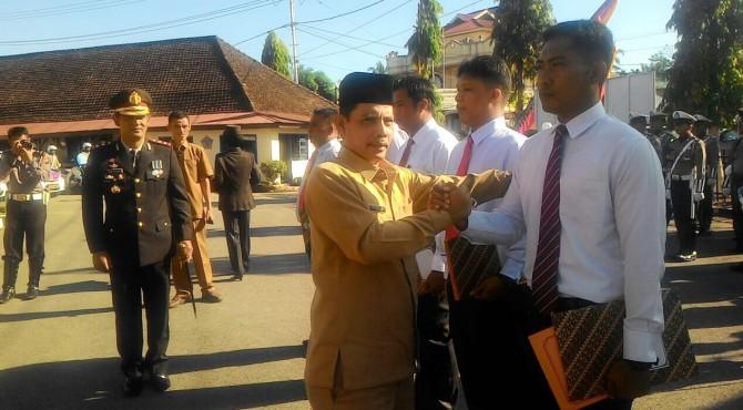 Wakil walikota Solok Reinier yang juga ketua BNK Kota Solok menyerahkan penghargaan kepada salah seorang anggota Satresnarkoba