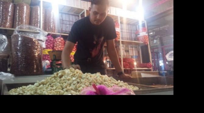 Pedagang bawang putih di Pasar Raya Padang