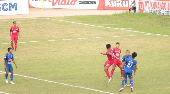 Pemain Semen Padang FC berebut bola dengan pemain Arema FC.