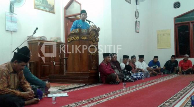 Sekda Kota Solok Rusdianto menyampaikan berbagai program strategis pembangunan Kota Solok di hadapan jamaah tarawih