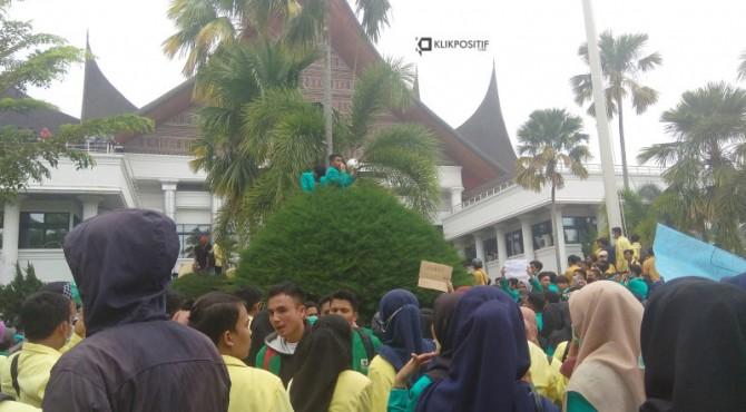 Mahasiswa berorasi di atas pohon di gedung DPRD Sumbar