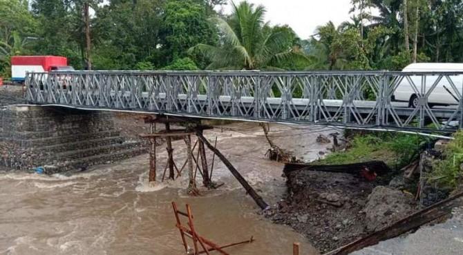Penyangga jembatan darurat Kayu Tanam hanyut