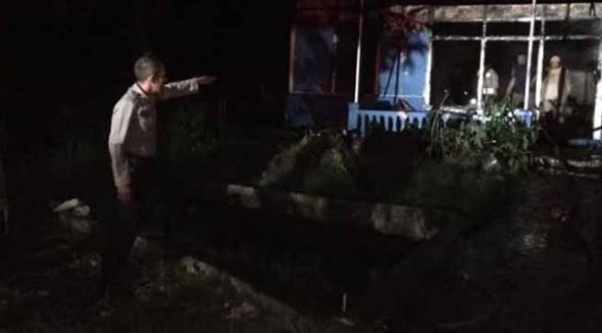 Tinggal Puing, satu unit rumah habis dilahap api di kawasan Nagari Aie Batumbuek, Kab. Solok.