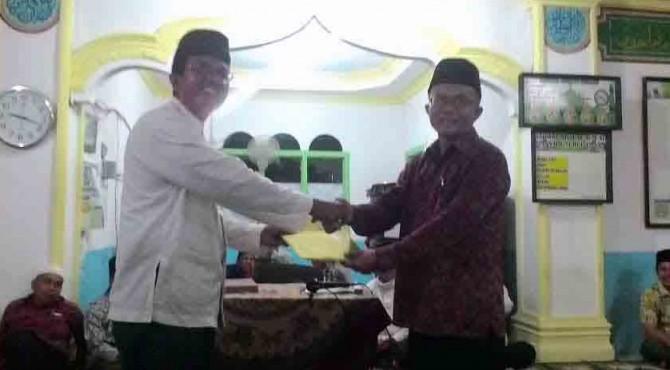 Ketua Tim Safari Ramadan Pessel, Sekdakab Pessel, Erizon menyerahkan bingkisan Bantuan kepada Pengurus Mesjid Nurul Iman Kampung Raya, Nagari Batang Betung-Tapan Mukhsin