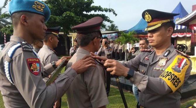 Kapolres Sijunjung AKBP Driharto Memasang Tanda Pangkat ke Personel