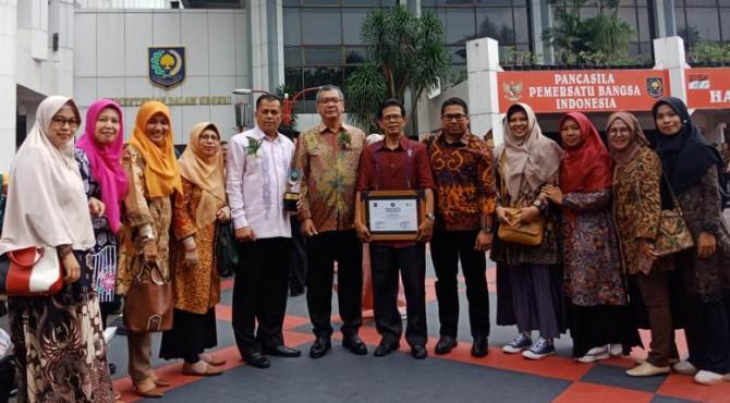 Wako Payakumbuh saat menerima penghargaan sebagai Kota Sehat Wistara.