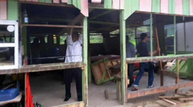 Satu Unit Warung Esek Di Jalan Lintas Solok Sawahlunto Dibongkar Oleh Wakil Bupati Yulfadri Nurdin Istimewa