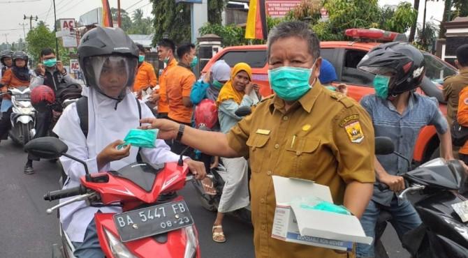 Pembagikan masker kepada pelajar yang melintas di depan Halaman Balaikota Pariaman, Senin 23 September 2019