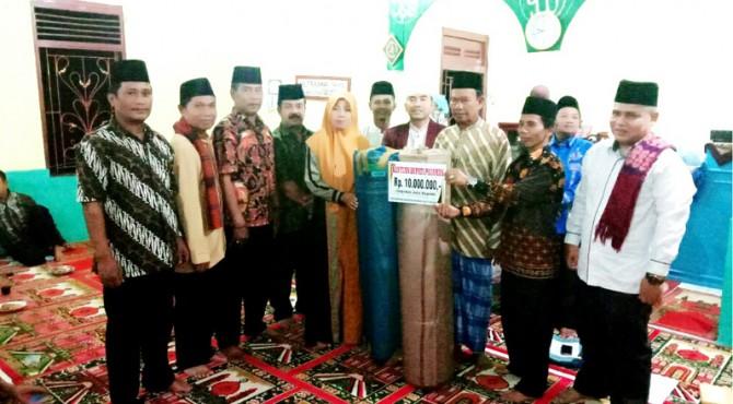 Ketua TSR VIII Pemkab Pasaman, Nongliasma menyerahkan bantuan pada pengurus masjid