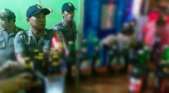 Puluhan botol miras diamankan petugas