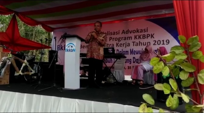 Anggota Komisi IX DPR, Suir Syan saat menjadi pemateri pada sosialisasi yang digelar BKKBN di siguntur, Kabupaten Dharmasaraya
