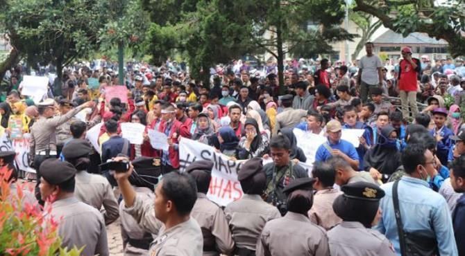 Ratusan mahasiswa yang tergabung dalam Aliansi Mahasiswa Payakumbuh dan Limapuluh Kota yang menggelar aksi di depan gedung DPRD Kota Payakumbuh, Kamis (26/9)