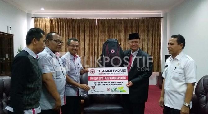 Penyerahan Bantuan Alat Pendidikan oleh CSR Semen Padang Kepada Wakil Gubernur Sumbar, Nasrul Abit Untuk Kepulauan Mentawai