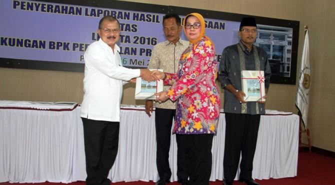 Bupati Ali Mukhni saat menerima penghargaan WTP dari  Kepala BPK RI Pewakilan Sumbar Eliza di aula BPK RI, Padang. Kemarin, Jumat 26 Mei 2017