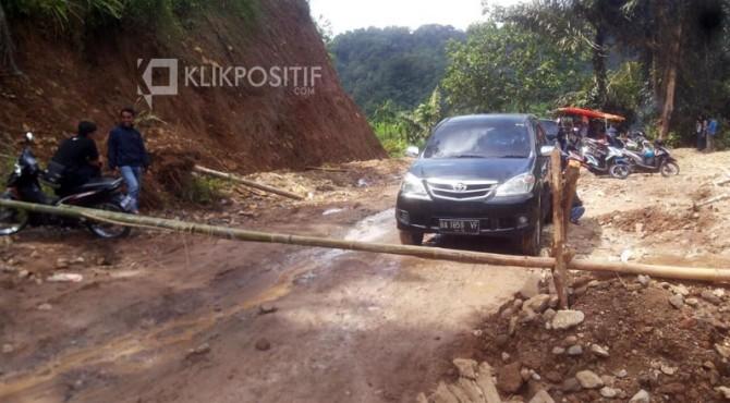 Beberapa kendaraan tertahan di jalan Rimbo Malampah karena ada pembangunan.