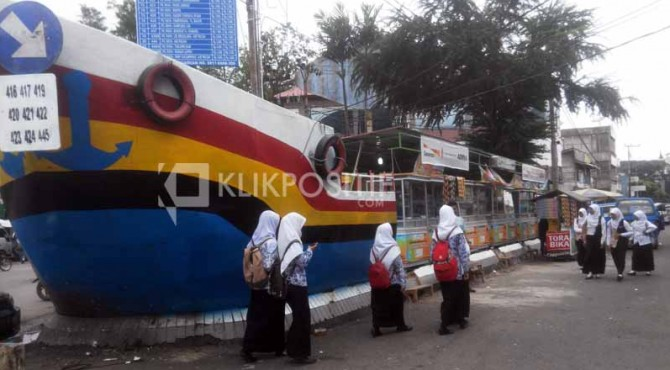 Kios berbentuk kapal di Pasar Raya Padang sepi pembeli, para pedagang mengeluh kekurangan omset.