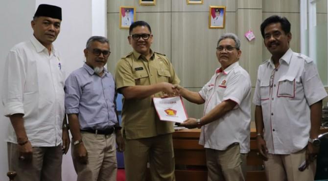 Sekretaris DPRD Tanah Datar Elizar menerima nama calon ketua DPRD dari Partai Gerindra