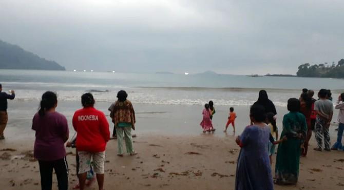 Warga berbondong-bondong melihat hiu yang terdampar di Pantai Taluak Batuang