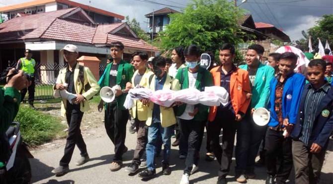 Aksi mahasiswa di Sumbar saat mendatangi kantor KPU Sumbar.