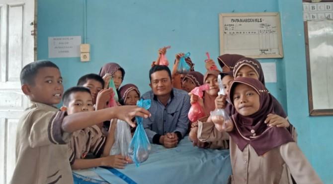 Siswa SDN 18 Kampung Lapai Padang sedang memperagakan kurban telur mereka