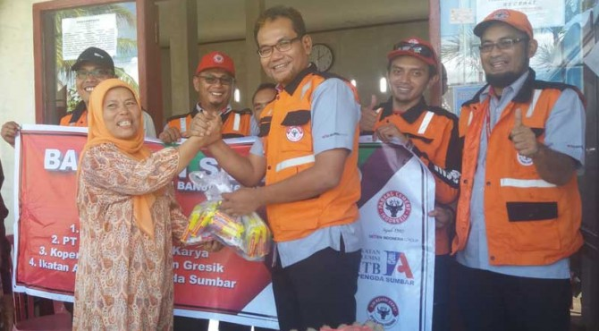 Kepala Biro Humas PT Semen Padang, Iskandar Z Lubis menyerahkan bantuan paket sembako secara simbolis kepada Lurah Sungai Sapih. Bantuan ini akan diserahkan langsung oleh pihak kelurahan kepada korban terdampak banjir beberapa waktu lalu
