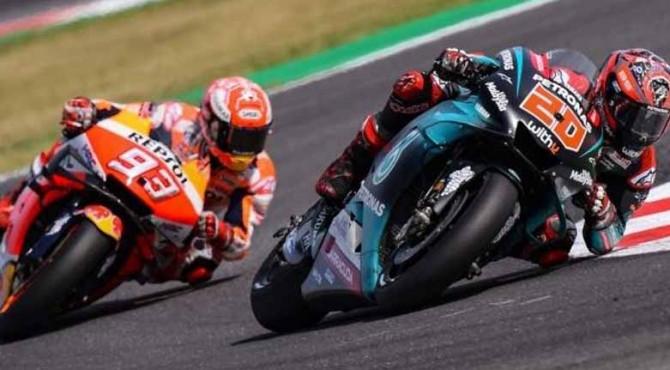 Pebalap Repsol Honda, Marc Marquez (kiri), menempel ketat pesaingnya Fabio Quartararo (Yamaha Petronas SRT) yang memimpin balapan hampir di sepanjang lomba pada MotoGP San Marino 2019 di Sirkuit Misano, Minggu (15/9)