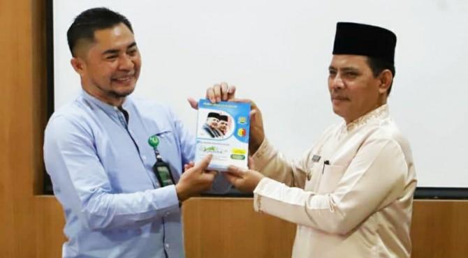 Wakil Walikota Solok, Reinier, menyerahkan cindera mata pada ketua rombongan Benchmarking Diklat Pim IV KLHK Pekanbaru.