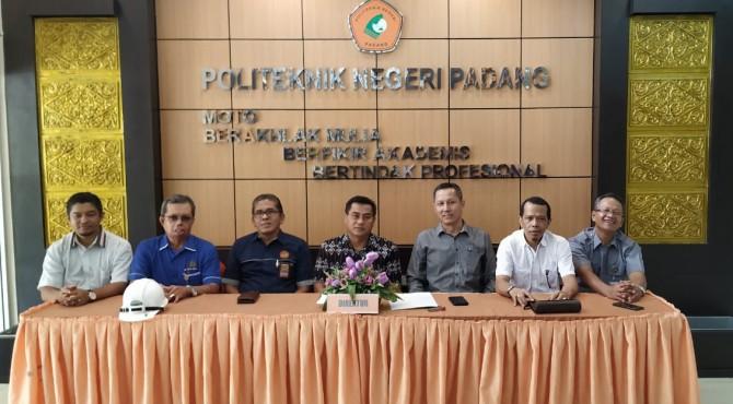 Direktur PNP Surfa Yondri (tengah) bersama Wadir 1 PNP Revalin Herdianto (tiga dari kanan) dan Wadir II Anton (paling kanan) saat jumpa pers lounching prodi TRIL program Sarjana Terapan di kampus PNP Limau Manis.